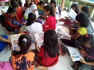 antusias anak-anak desa dermaji membaca buku